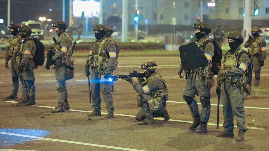 Силовики стреляют в протестующих в Минске
