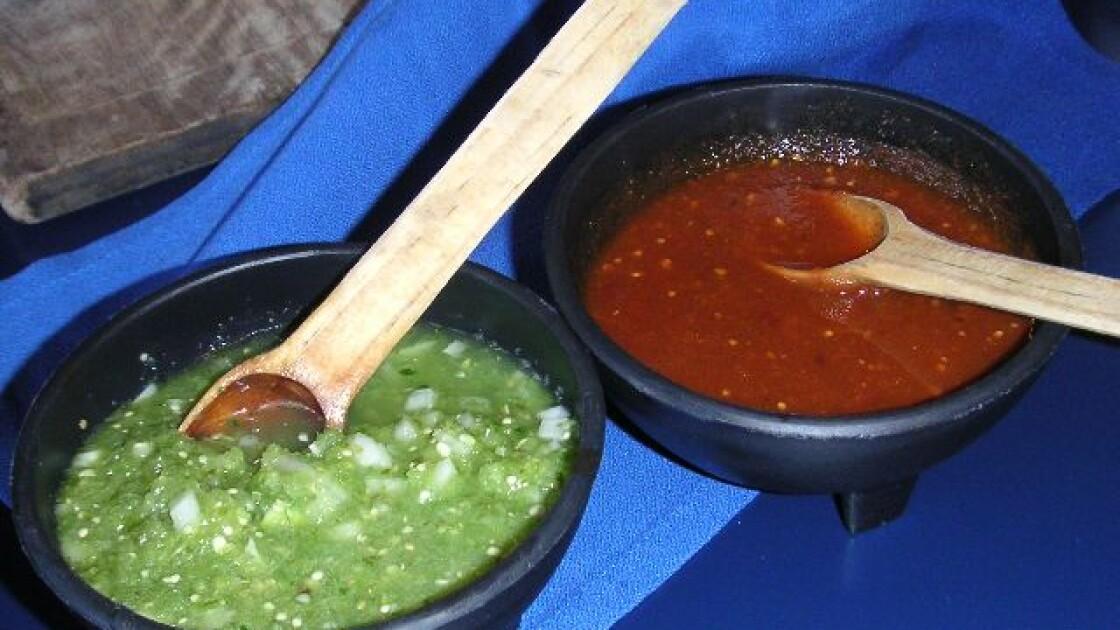 Сальса верде з «мексиканського помідора» і сальса Роха зі звичайного томата. Оригінально, яскраво, смачно | Wikimedia
