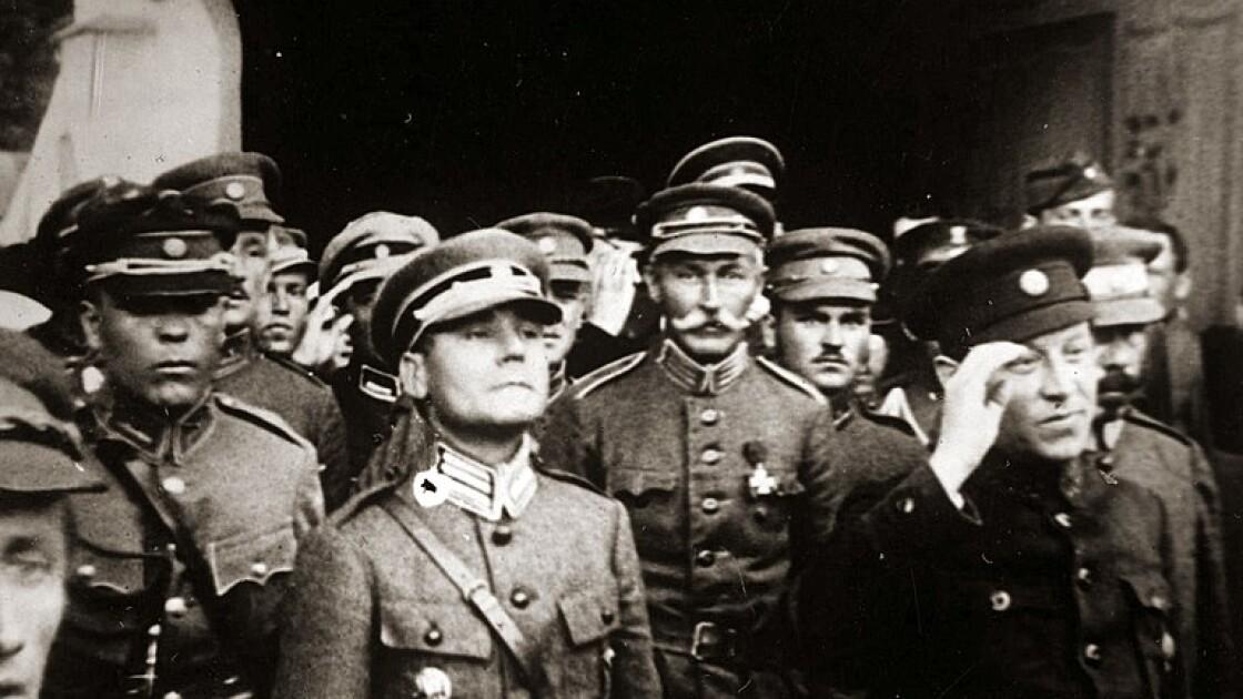 Симон Петлюра зі старшинами армії УНР. В центрі на першому плані – полковник Марко Безручко