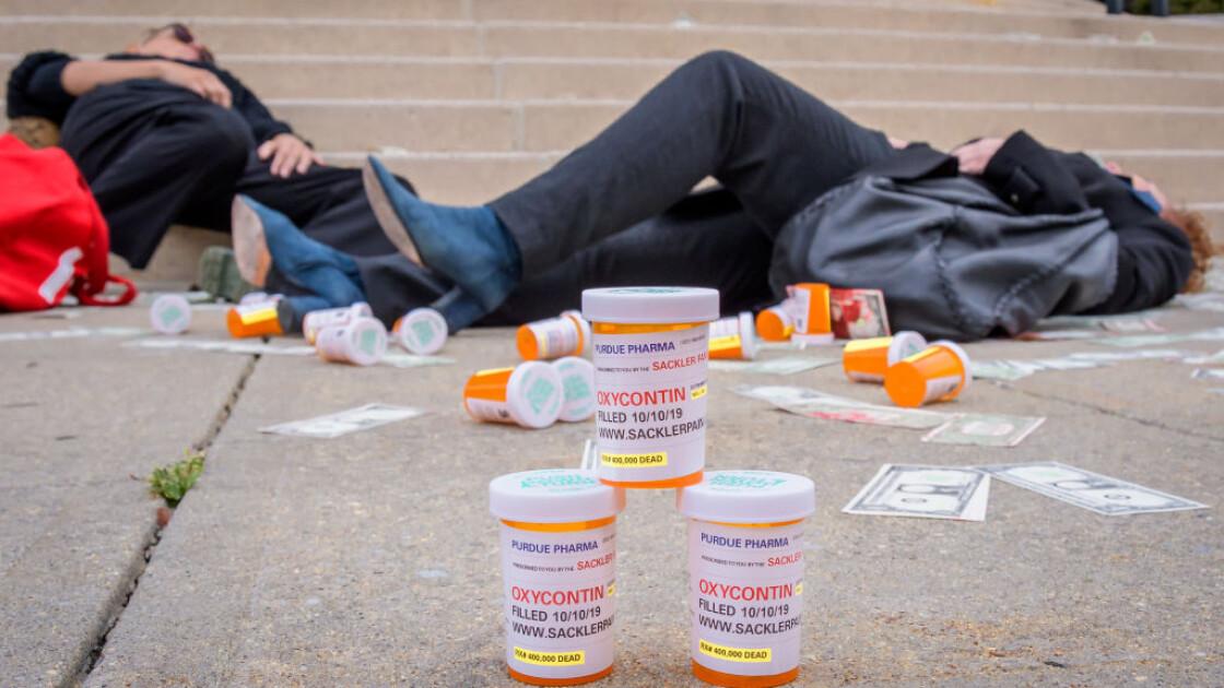 Акция протеста перед федеральным судом Южного округа Нью-Йорка в Уайт-Плейнс, где проходило слушание дела о банкротстве Purdue Pharmaceuticals, 2019 г.  / Getty Images