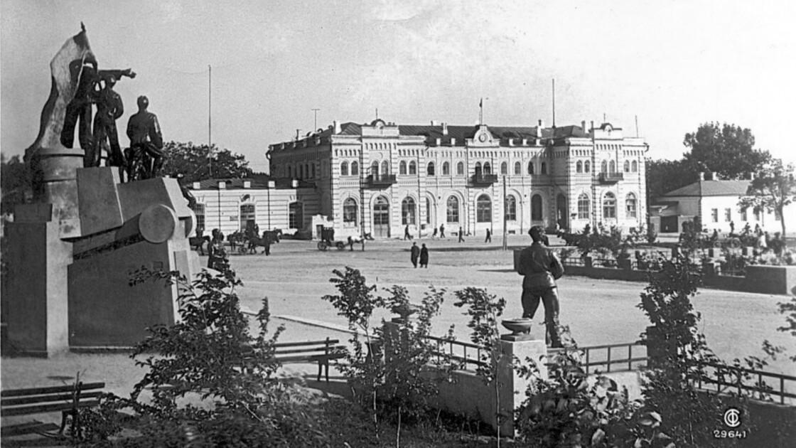 Таганрог - вокзал и площадь Восстания
