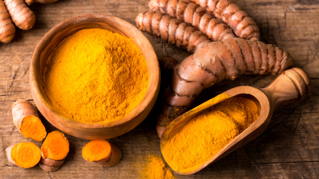 В родной Индии куркума почитается как «царица специй» и является обязательным компонентом знаменитых пряных смесей карри. Однако в иных странах ее превыше всего ценят как чрезвычайно эффективный натуральный краситель. Который к тому же способен изменять оттенок, оранжевея в присутствии органических кислот / Shutterstock