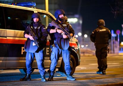 Патруль спецподразделений австрийской полиции после стрельбы возле синагоги в Вене