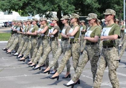 Українські жінки-військові у туфлях на підборах під час репетиції параду