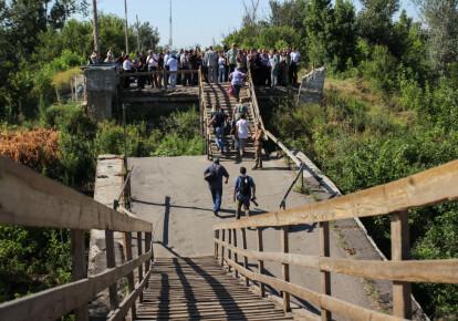 Боевики решили считать восстановление моста в Станице Луганской актом агрессии Украины. Фото: Getty Imasges