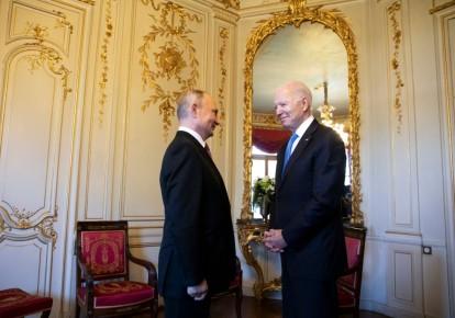 Президент США Джо Байден (справа) и президент России Владимир Путин во время саммита США и России 16 июня 2021 года в Женеве, Швейцария