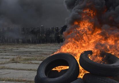В годовщину Революции достоинства активисты собираются с шинами к Владимиру Зеленскому в Феофанию /