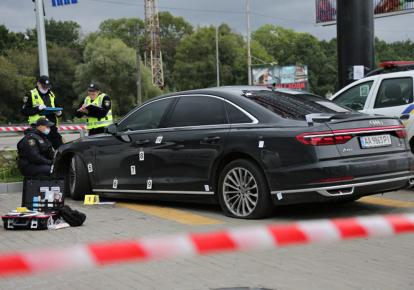 Следственно-оперативная группа полиции проводит следственные действия на месте покушения на Сергея Шефира