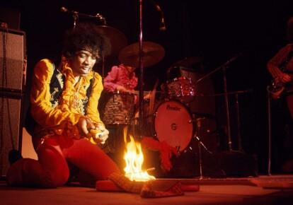 Джими Хендрикс поджег свою гитару на музыкальном фестивале в Монтерее, 1967 г. Фото: obs/Leica Camera AG/Jim Marshall