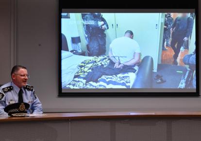 Заместитель комиссара федеральной полиции Австралии Найджел Райан демонстрирует один из арестов, проведенный во время рейдов в рамках глобальной полицейской операции, на брифинге в Сиднее, Австралия, 8 июня 2021 года.