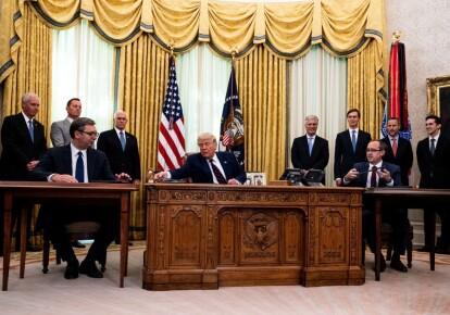 Президент Сербии Александр Вучич, президент США Дональд Трамп и премьер-министр Косово Авдулах Хоти (на переднем плане)