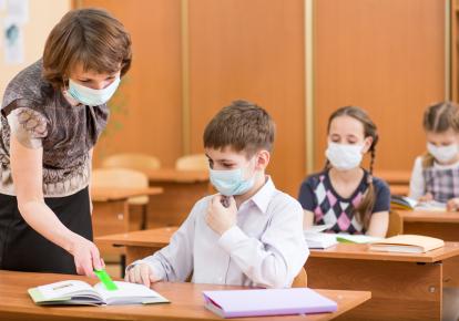 МОН позволило работать в школах не привитым от коронавируса учителям