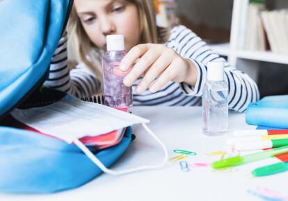 Маски и антисептики должны стать для школьников обычными предметами вроде пенала или учебника