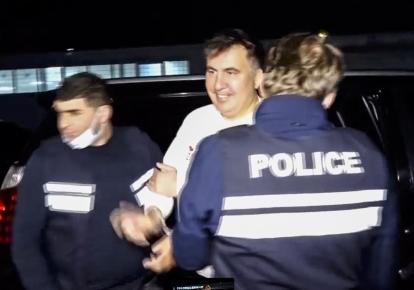 Бывшего президента Грузии Михеила Саакашвили сопровождают в тюрьму Рустави под Тбилиси, Грузия, 1 октября 2021 г.