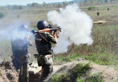 Военнослужащие стреляют из гранатомета РПГ-7