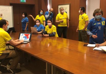 Канадські дипломати у формі української збірної