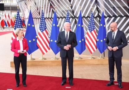 Президент Еврокомиссии Урсула фон дер Ляйен, президент США Джо Байден и глава Евросовета Шарль Мишель на саммите США-ЕС в Брюсселе