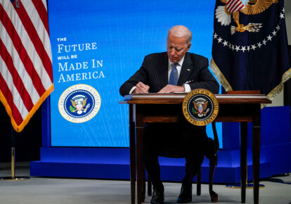 Джо Байден подписывает указ относительно преференций для американских производителей, 25 января 2021