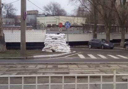 У Донецьку адмінбудівлі і бомбосховища закладають мішками з піском