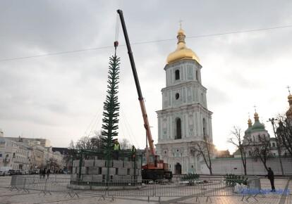 У Києві на Софійській площі почали встановлювати головну ялинку країни