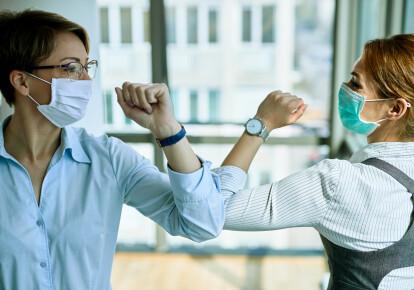 Під час епідемії прийнято вітати один одного ліктями
