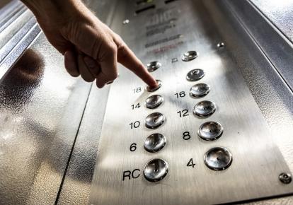 В лифтовой кабине сработало экстренное торможение