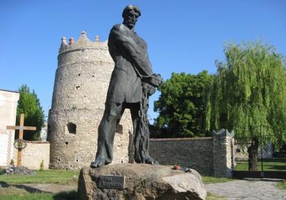 Памятник Устиму Кармалюку в Летичеве Хмельницкой обл. / discover.ua