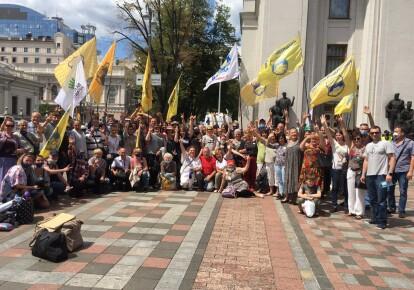 Валютные заемщики празднуют победу у здания Верховной Рады / press.financial.maidan