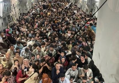 Афганські біженці в літаку ВПС США