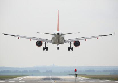 Польща скасувала двотижневий карантин для пасажирів літаків з України. Фото: Shutterstock
