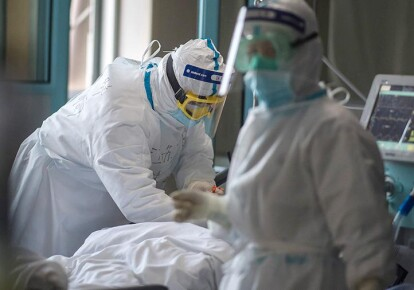 Врачи в отделении, где лечат больных COVID-19 (иллюстративное фото)
