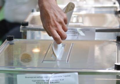Бывшие депутаты местных советов и чиновники заполонили списки всех рейтинговых партий