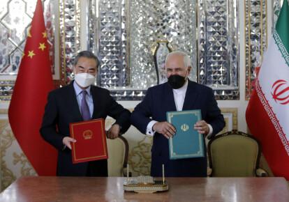 Главы МИД Китая Ван И и Ирана Мохаммад Джавад Зариф во время подписания двустороннего пакта в Тегеране