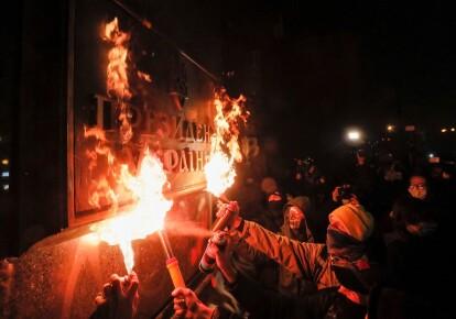 Протестуючі підпалюють вивіску «Президент України» на будівлі офісу Володимира Зеленського