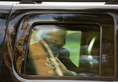 Дональд Трамп приветствует своих сторонников из окна автомобиля возле Национального военно-медицинского центра Уолтера Рида 4 октября 2020 г.