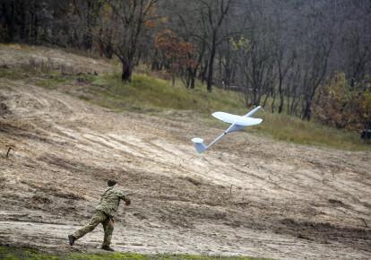 Военнослужащий запускает беспилотный летательный аппарат