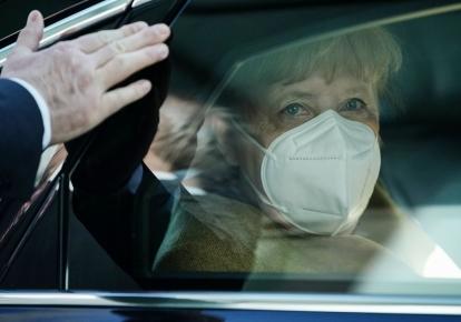 Ангела Меркель в салоне своей машины