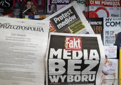 Заголовки ежедневных газет со специальным сообщением «СМИ без выбора» в одном из киосков в центре Варшавы
