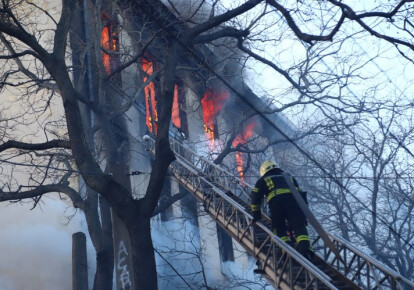 В Одессе произошел страшный пожар в колледже экономики, права и гостинично-ресторанного бизнеса. Фото: УНИАН