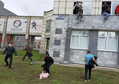 Студенты выпрыгивают из окон во время стрельбы в университете