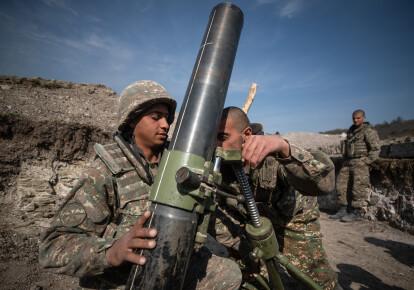 Солдати Армії оборони Нагірного Карабаху з мінометом в окопі, 20 жовтня 2020. Бої між Вірменією і Азербайджаном через спірну територію Нагірного Карабаху на Кавказі відновилися в кінці вересня