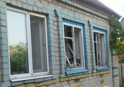Пошкоджений у результаті обстрілу бойовиками будинок