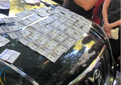 Підозрювані вимагали від керівника АЗС 5 тис. доларів