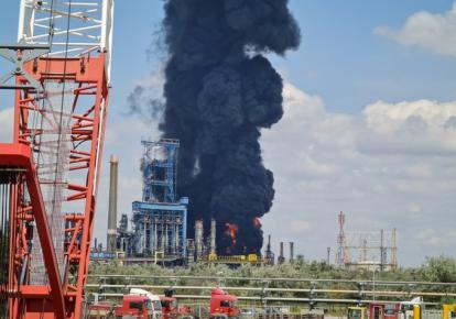 """Взрыв на нефтеперерабатывающем заводе """"Петромидия""""/twitter.com/W0lverineupdate"""