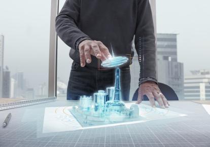 Архитектор манипулирует голографической моделью здания
