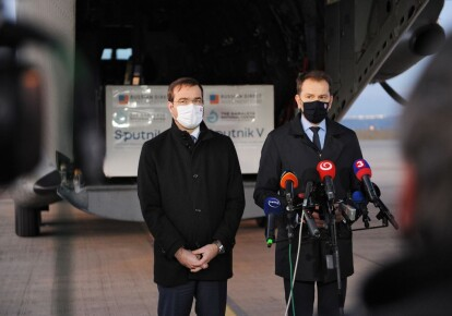Премьер-министр Словакии Игорь Матович (справа) и министр здравоохранения Словакии Марек Крайци