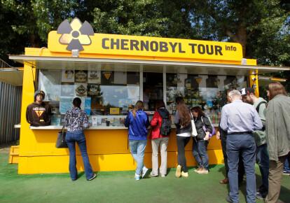 """Туристы стоят у магазина с чернобыльскими сувенирами на КПП """"Дитятки"""" в Чернобыльской зоне отчуждения 7 июня 2019 г.Фото: Getty Images"""