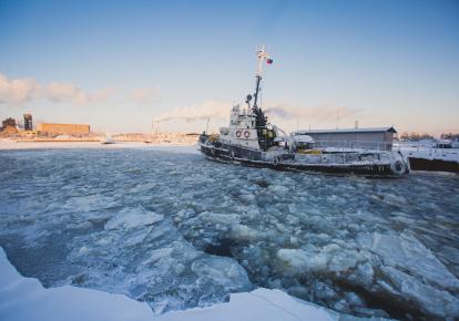 Российский ледокол в арктической бухте