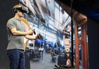 Марк Цукерберг  выступает на конференции разработчиков Oculus в гарнитуре виртуальной реальности