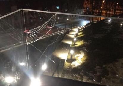Вандал умышленно повредил стеклянную ограду мемориала